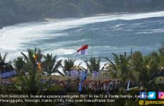 Elok, Peringati HUT RI dengan Kibarkan Merah Putih di Tepi Samudra Hindia - JPNN.com