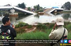 Bruk, Jembatan Baru Dua Tahun senilai Rp 17 M Ambruk - JPNN.com