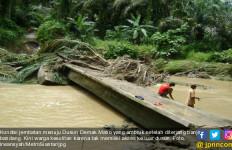 Diterjang Banjir Bandang, Jembatan Demak Matio Ambruk - JPNN.com