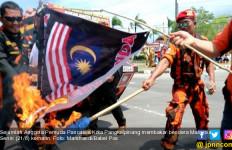 Merah Putih Terbalik, Bendera Malaysia Dibakar, Diinjak-injak - JPNN.com