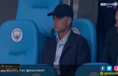 Diam-Diam, Pakai Topi Hitam, Mourinho Intip City Vs Everton di Etihad - JPNN.com