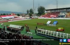 Lihat, Bendera Merah Putih Berukuran Raksasa Berkibar di Tribun Stadion Selayang - JPNN.com