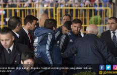 Lihat Lionel Messi Hibur Bocah yang Diusir Sekuriti - JPNN.com