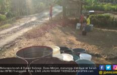 Kekeringan Parah, Warga Susuri Hutan Cari Air Bersih - JPNN.com