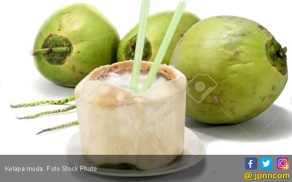 Manfaat Minum Air Kelapa Pagi Hari - JPNN.com