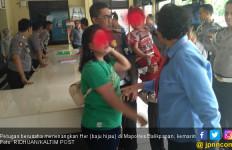 Perempuan Muda Bawa Anak Mengamuk di Kantor Polisi - JPNN.com