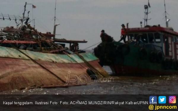Kapal Nelayan Tenggelam Dihantam Ombak, Empat ABK Selamat - JPNN.com