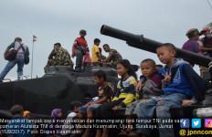 Asyik, Masyarakat Menumpangi Tank Tempur TNI - JPNN.com