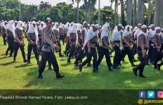 Massa Aksi 299 Salat Jumat dengan Pasukan Brimob Bersorban - JPNN.com