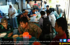 Darmis Gratiskan Makanan untuk Jemaah Salat Jumat - JPNN.com