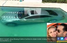 Patah Hati, Model Cantik Buang Mobil Mewah Mantan ke Kolam - JPNN.com
