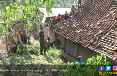 Sebanyak 157 Rumah Rusak Diterjang Angin Puting Beliung - JPNN.com
