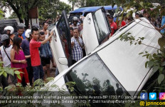 Sopir Avanza Kabur Usai Tabrak Pengendara Motor - JPNN.com