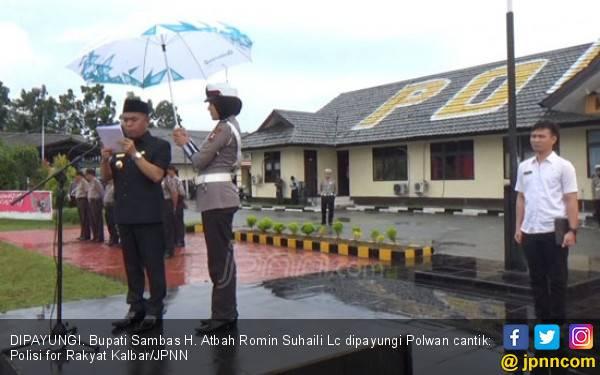 Ehem, Pak Bupati Dipayungi Polwan Cantik - JPNN.com