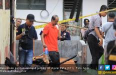 Rekonstruksi Pembakaran 7 Gedung SD, Tersangka Malah Tertawa - JPNN.com