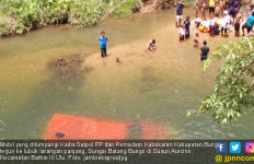 Lihat, Mobil Kadis Satpol PP Bungo Nyungsep ke Sungai - JPNN.com