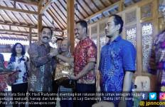 Jokowi Mantu, Wako Solo Bagi-bagi Seragam Batik - JPNN.com
