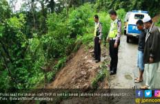Truk CPO Masuk Jurang, Hamdalah Sang Sopir Selamat - JPNN.com
