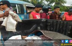 Tragis, Jatuh dari Boncengan Suami, Istri Tewas Digilas Truk - JPNN.com