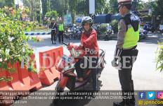 Ogah Ditilang, Ibu Ini Minta Polisi Salahkan Pabrik Motornya - JPNN.com