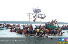 Panjat Pinang di Laut Hebohkan Festival Wakatobi Wave 2017 - JPNN.com