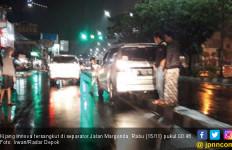 Belasan Mobil Nyangkut di Separator Margonda Depok - JPNN.com