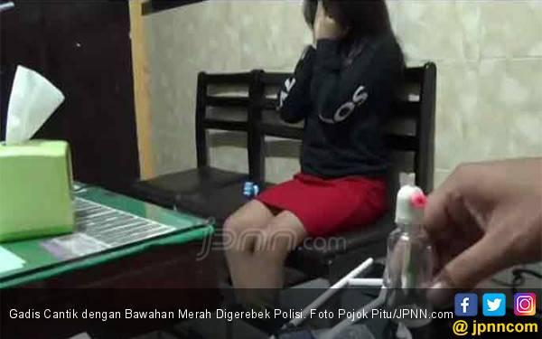 Gadis Cantik dengan Bawahan Merah Digerebek Polisi - JPNN.com