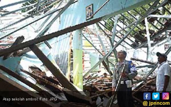 Tak Ada Badai, Atap Sekolah Mendadak Ambrol - JPNN.com