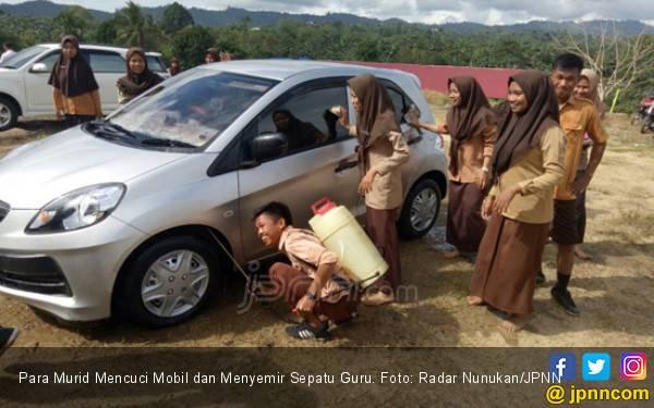 Para Murid Mencuci Mobil dan Menyemir Sepatu Guru - JPNN.com