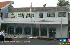 Atap Sekolah Ambruk, Dua Siswa Jadi Korban - JPNN.com