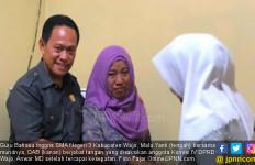 Dicubit Saat Main Handphone di Kelas, Siswi Polisikan Guru - JPNN.com