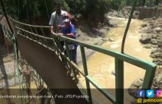 Lihat Perjuangan Anak Ini Seberangi Jembatan Rusak - JPNN.com
