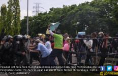 Pasukan Antihuru-hara Bubarkan Warga yang Seruduk Markas - JPNN.com