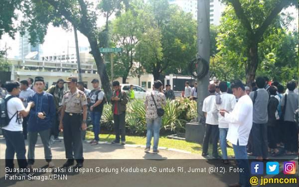 Massa Ormas Berteduh di Depan Gedung Kedubes AS - JPNN.com