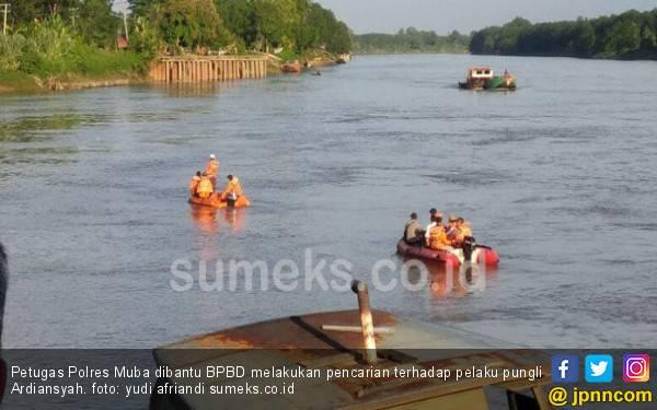 Pelaku Pungli Terjun ke Sungai dengan Tangan Terborgol - JPNN.com