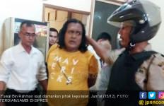 Anak Pukul Ibu Kandung Pakai Kayu - JPNN.com