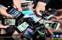 Hmmm, Pak Kades di Aceh Tepergok Lagi Lihat Apa Tuh di Handphone - JPNN.com