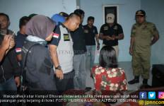 Digerebek Polisi, Pasangan Kumpul Kebo Kabur Lewat Jendela - JPNN.com
