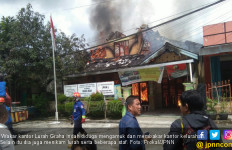 Petugas Keamanan Ngamuk, Lurah Ditikam, Kantor Dibakar - JPNN.com