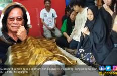 Nomo Terisak Meratapi Jenazah Yon Koeswoyo - JPNN.com