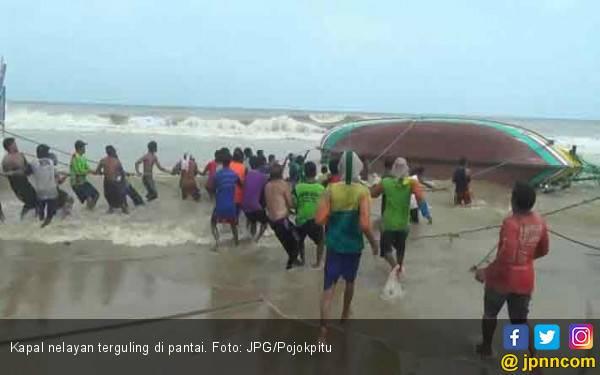 Belasan Perahu Nelayan Dihempas Ombak - JPNN.com