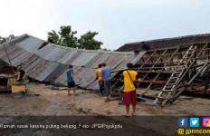 263 Rumah Rusak Dihantam Angin Kencang - JPNN.com