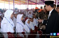 Didampingi Ganjar, Jokowi Bagi-Bagi Kartu di Pekalongan - JPNN.com