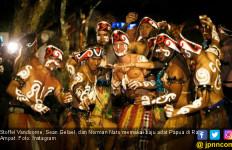 Lihatlah, Pembalap F1 Pakai Baju Adat Papua di Raja Ampat - JPNN.com