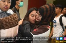 Mengharukan, Para Mahasiswa Itu Disambut Isak Tangis - JPNN.com