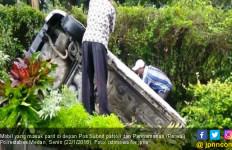 Sopir Terkejut, Mobil Ini Nyemplung ke Parit Pos Polisi - JPNN.com