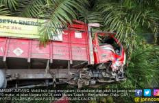 Hindari Fuso, Truk Bermuatan Elpiji Masuk Jurang - JPNN.com
