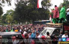 Tunggu Menhub, Demo Taksi Online Tetap Unjuk Rasa Saat Hujan - JPNN.com