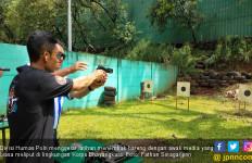 Polisi Ajari Wartawan Cara Menembak - JPNN.com