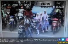 Hahahaa Rasain! Malu Terpantau CCTV, Cek Videonya - JPNN.com